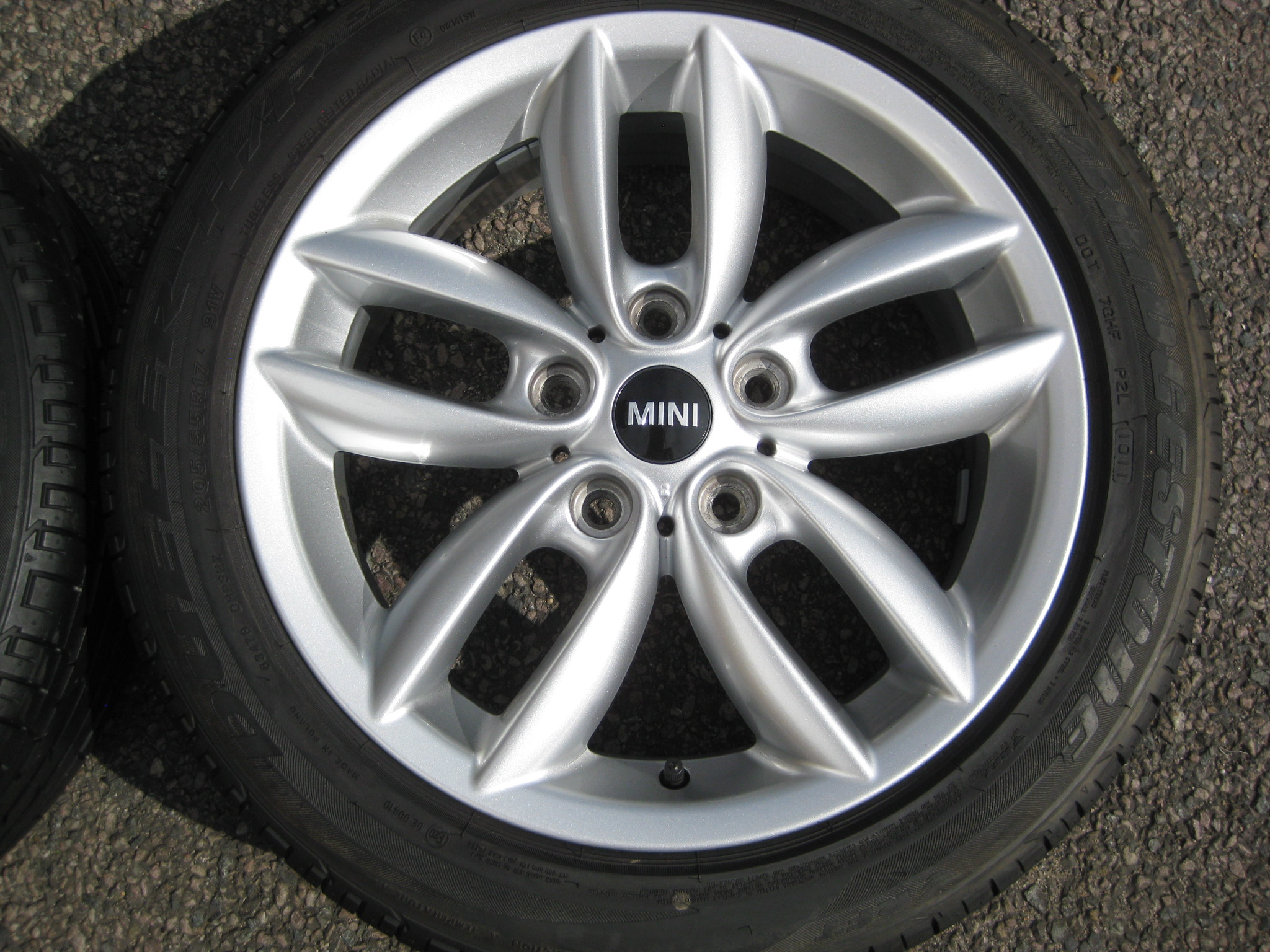 "USED 17"" GENUINE R60 MINI COUNTRYMAN STYLE R124 DOUBLE SPOKE ALLOYS , NEAR NEW CONDITION INC GOOD RUNFLAT TYRES"