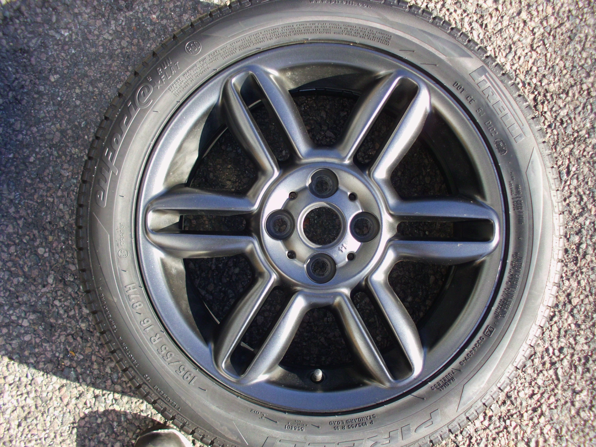 "USED SINGLE 16"" GENUINE MINI COOPER / CLUBMAN R119 6 STAR TWIN SPOKE ALLOY WHEEL,MATT BLACK, GC IN GOOD PIRELLI RUNFLAT TYRE"