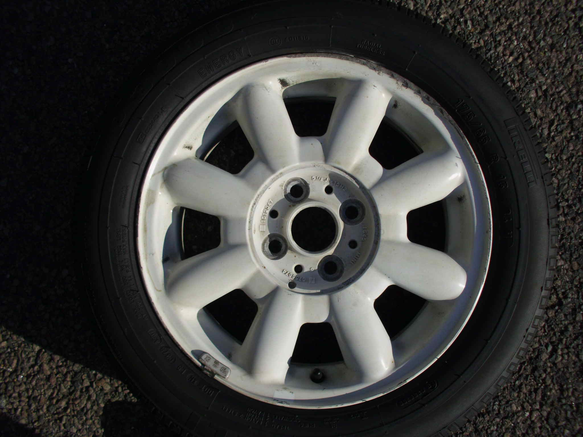 "USED SINGLE 15"" GENUINE MINI R82 8 SPOKE ALLOY WHEEL IN WHITE ,INC PIRELLI 175/65/15 TYRE"